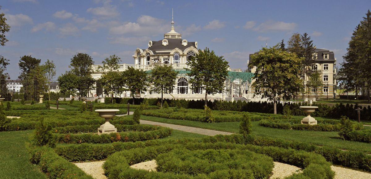Регулярный сад летом на фоне ресторана, КП Довиль