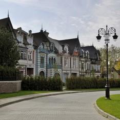 Зеленая улица в поселке Довиль