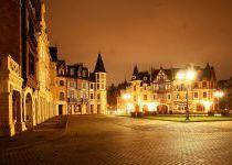 Главная площадь поселка Довиль при свете фонарей